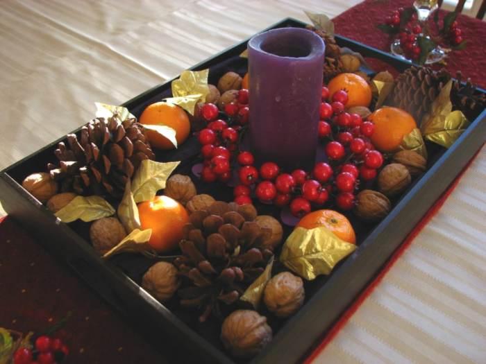 M s ideas de centros de mesa y arreglos florales para navidad for Bandejas de navidad