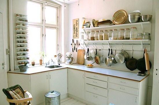 Decoraci n cocinas peque as utensilios colgados en la pared for Colgar utensilios de cocina
