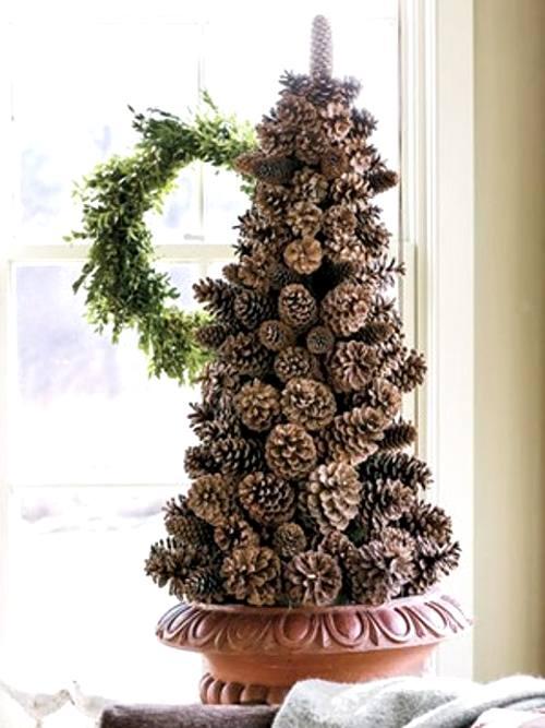 decoración navideña con piñas