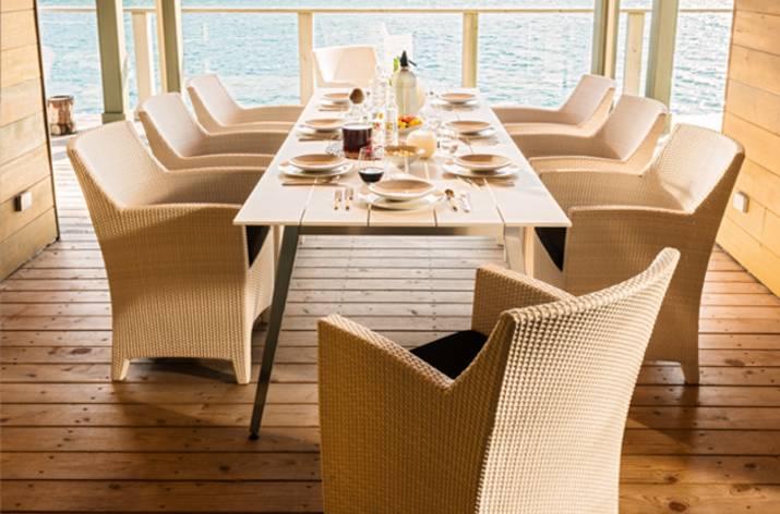 Elegante mesa de comedor para exterior for Mesas de comedor para exterior