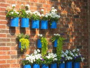 Tiestos con latas en una pared